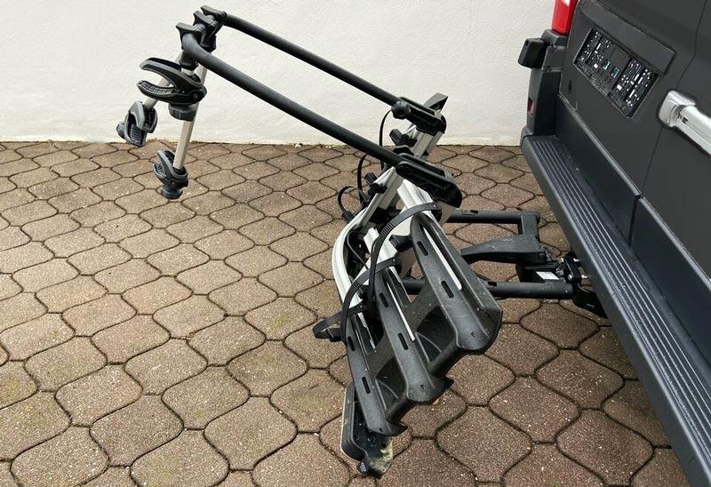 Gekippt nach hinten, kann der Autogepäckträger Fahrrad und Co. gut halten